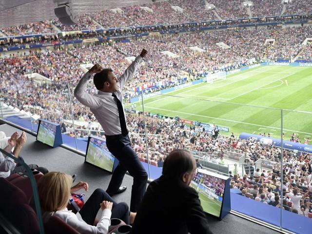 Coupe du monde 2018 : l'explosion de joie d'Emmanuel Macron pendant la finale France-Croatie fait réagir les internautes