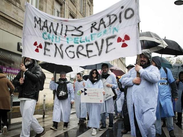 """Journée """"Hôpital mort"""" à Bordeaux : plus de 400 personnes dans la rue"""