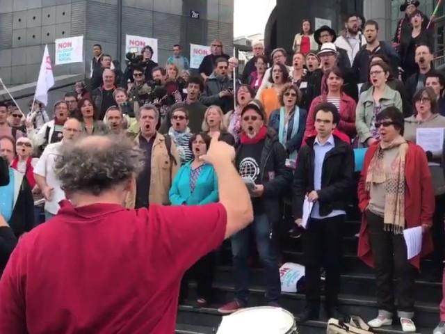 À la manifestation du 23 septembre 2017, les Insoumis ne font pas que marcher, ils chantent aussi