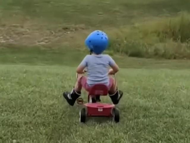 VIDEO - Qui a dit qu'on ne pouvait pas être un cascadeur à 4 ans ?