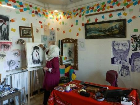 Bravant obus et jihadistes, une artiste syrienne dépeint la violence à Idleb