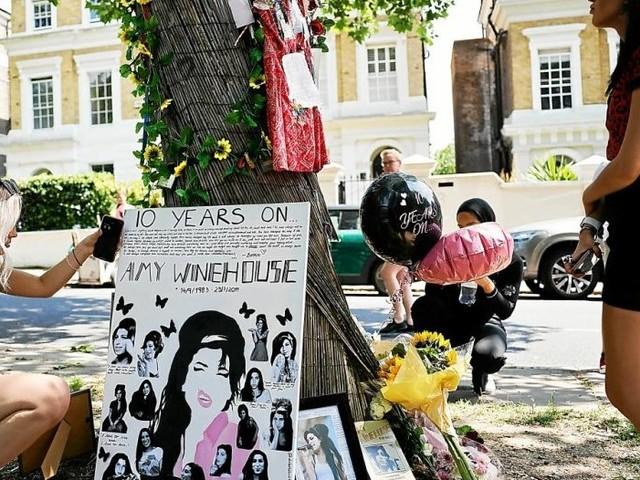Dix ans après sa mort, les fans d'Amy Winehouse lui rendent hommage