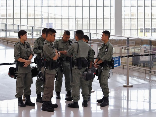 Hong Kong: La police bloque l'accès à l'aéroport