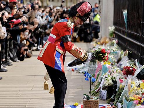 Salves de tirs et moments de recueillement: le Royaume-Uni rend hommage au prince Philip
