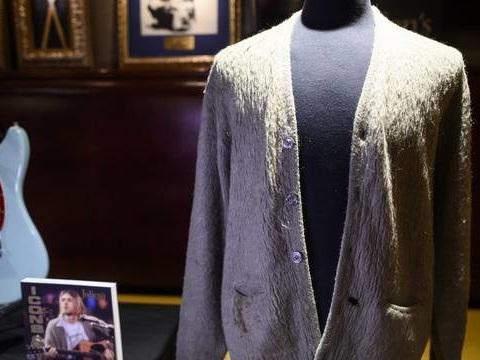 Le gilet troué de Kurt Cobain vendu 334.000 dollars aux enchères (ça fait cher le trou de cigarette)