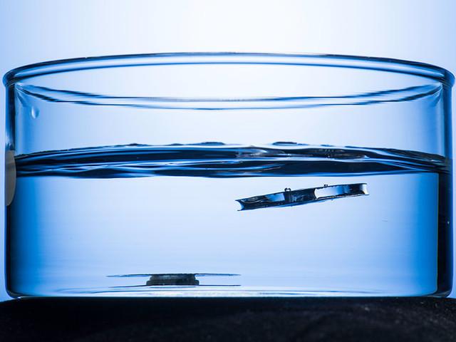 Les chercheurs de l'Université de Rochester ont créé un métal qui flotte dans l'eau