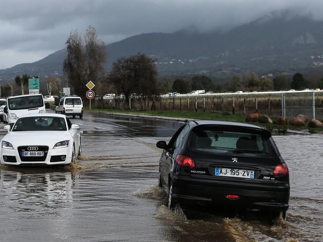 Inondations et aéroport fermé en Corse, la météo ne va rien arranger