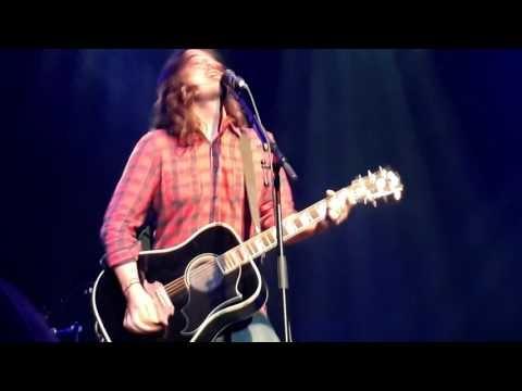 """Les Foo Fighters ont interprété un nouveau titre en live, """"The Sky Is A Neighborhood"""". Bien entendu, cela a..."""