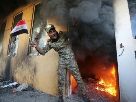 Les manifestants pro-Iran campent devant l'ambassade américaine à Bagdad