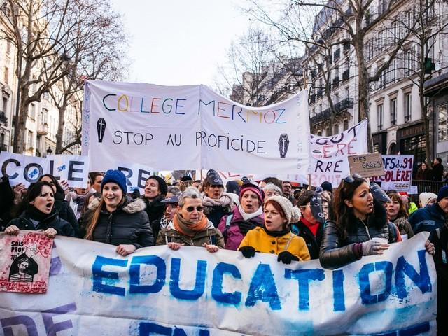 """""""Il est plus que temps de revaloriser leur métier"""" : le soutien de parents d'élèves aux enseignants grévistes"""