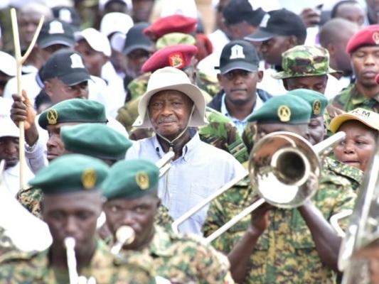 Ouganda: Museveni à la tête d'une marche controversée contre la corruption