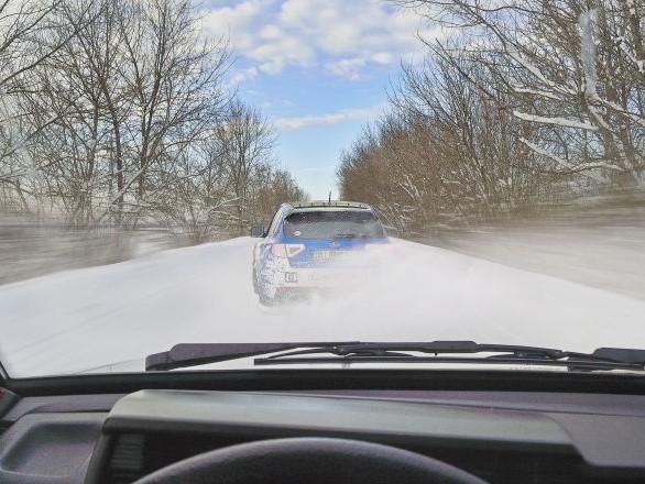 Voyant une voiture arriver sur lui, il bondit en l'air: ce reflexe lui sauve la vie - vidéo