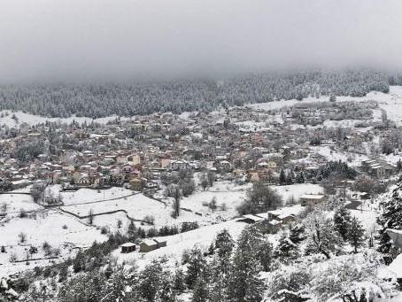 Des routes fermées en Grèce après des tempêtes et de la neige