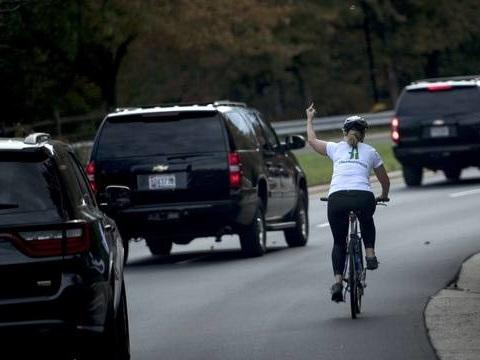 Etats-Unis: La cycliste qui avait fait un doigt d'honneur à Donald Trump, Juli Briskman, est désormais une élue démocrate