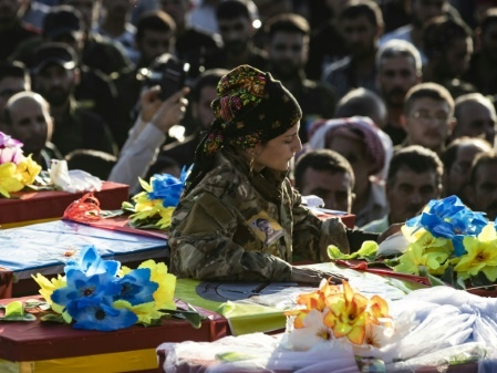 """Enterrant leurs morts, les Kurdes de Syrie dénoncent la """"trahison"""" de Washington"""
