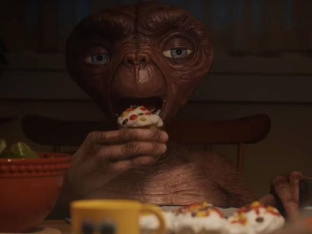 Henry Thomas : E.T. retrouve Elliott dans une pub de Noël nostalgique
