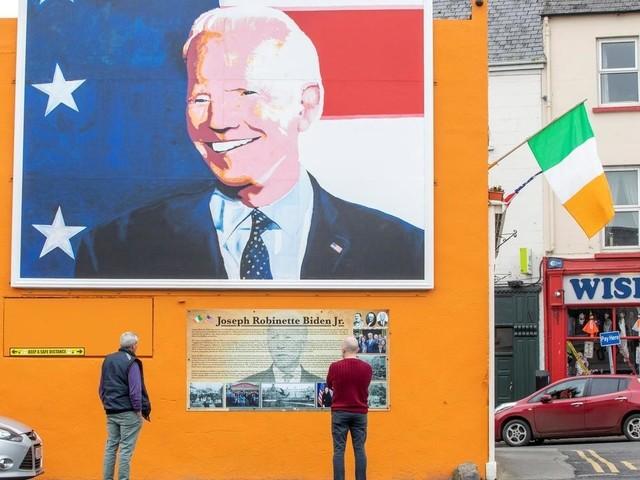 """Irlande: la ville des ancêtres de Joe Biden """"à fond"""" pour le démocrate"""