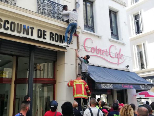 À Marseille, des passants escaladent une façade pour sauver trois enfants d'un incendie (vidéo)