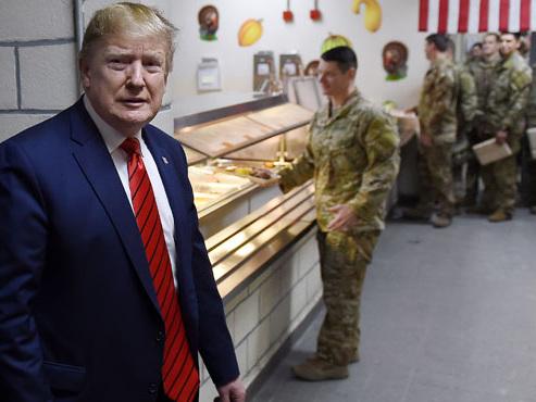 La visite SURPRISE de Donald Trump aux troupes américaines: il partage la table des soldats pour Thanksgiving (vidéo)