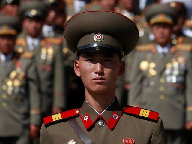 """Corée du Nord : un défilé géant pour une """"arme surprise"""" ?"""