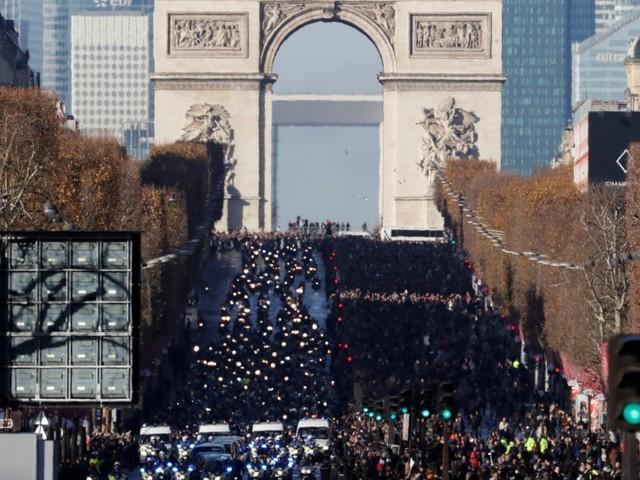 Funérailles de Johnny Hallyday: sur les Champs-Élysées, l'impressionnant cortège de motards