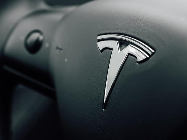Les voitures Tesla pourront émettre des bruits de pets ou des bêlements de chèvres !