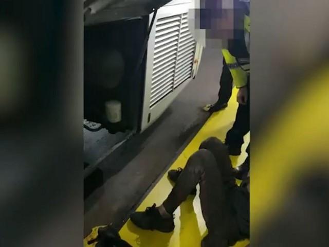 Deux jeunes marocains retrouvés cachés dans le moteur d'un bus reliant Londres à Dublin (VIDÉO)