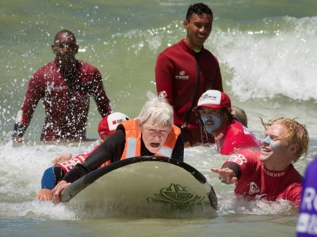 """Au Cap, des blessés de la vie apprennent à """"voler"""" sur les vagues"""