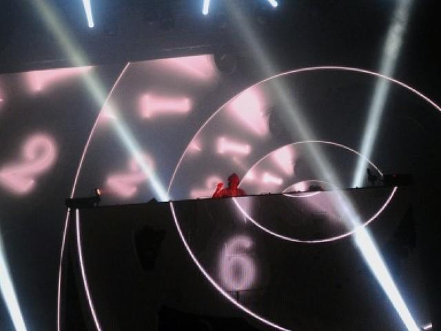 Artistes et fans rendent hommage au DJ suédois Avicii, décédé à 28 ans