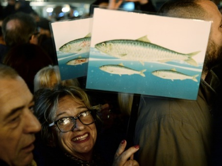 """Italie: des milliers de """"sardines"""" à Florence contre l'extrême droite"""