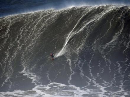 A Nazaré, une houle géante prise d'assaut par les surfeurs de l'extrême