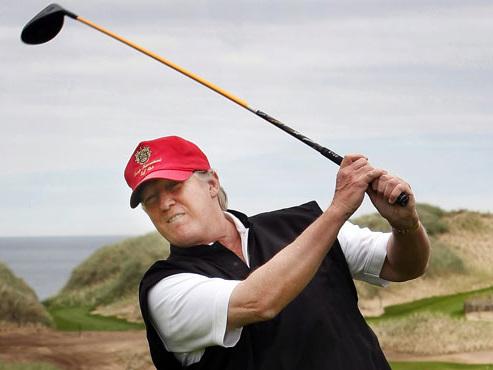 """""""Il réussit des putts de 90 cm"""": le chef de com' de la Maison Blanche croit vanter les prouesses sportives de Trump mais fait tout le contraire"""