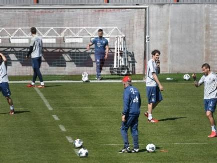 Foot: tacles interdits, gants... Drôles de reprise en Bundesliga