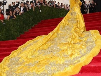 Rihanna,fait souvent l'objet de la critique publique.Cette fois ci: La robe omelette !Tu aimes?