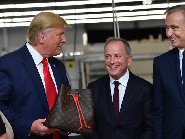 Donald Trump tout sourire dans le nouvel atelier Louis Vuitton aux Etats-Unis