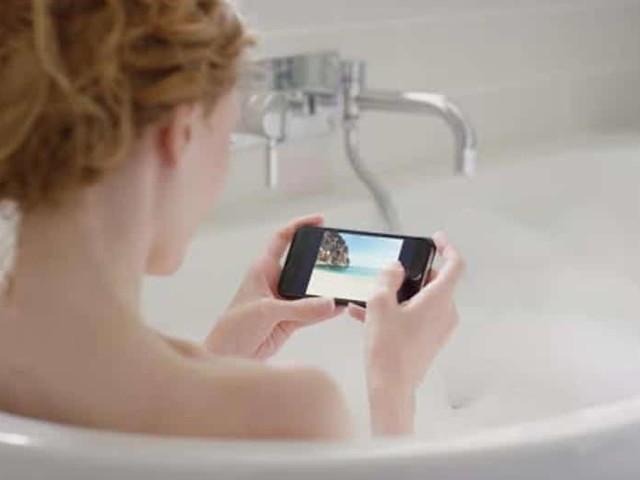 Un smartphone électrocute et tue une jeune femme dans son bain