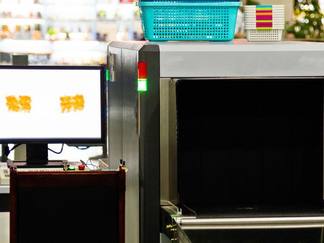 En Chine, une femme s'est accrochée à son sac... jusqu'à l'intérieur d'un scanner à bagages