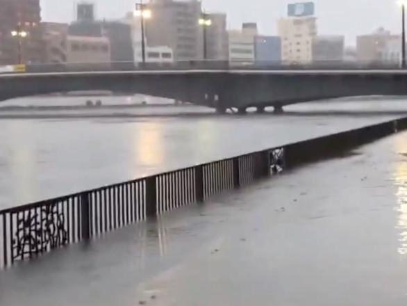 Les Japonais terrifiés par le ciel pourpre qui a précédé l'arrivée du typhon Hagibis – images