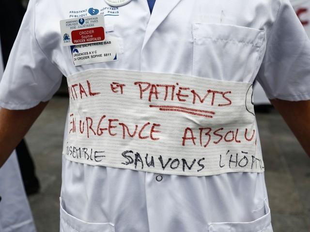 """""""On prend les gens pour des imbéciles"""" : le personnel hospitalier reste mobilisé contre le plan d'urgence du gouvernement"""