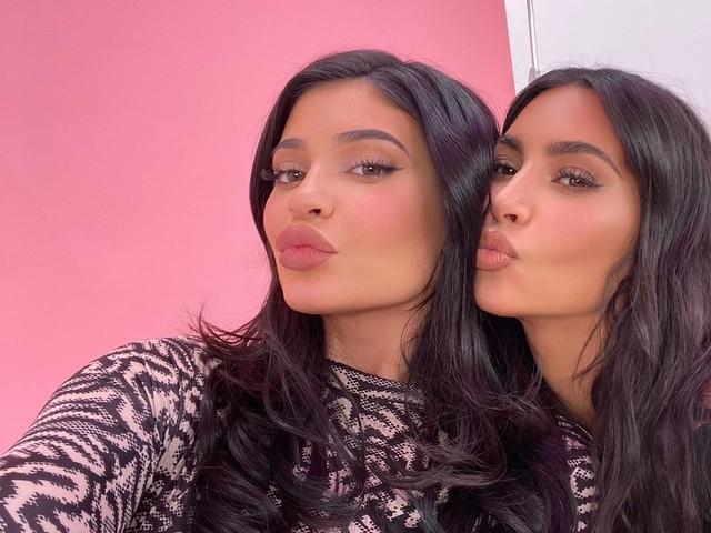 Kim & Kylie : Origine des prénoms de leurs enfants, leur posts IG à succès… Elles dévoilent tout !