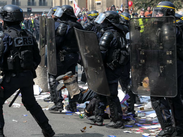 1er mai des gilets jaunes : à Paris, la manifestation tourne au duel entre police et black blocs