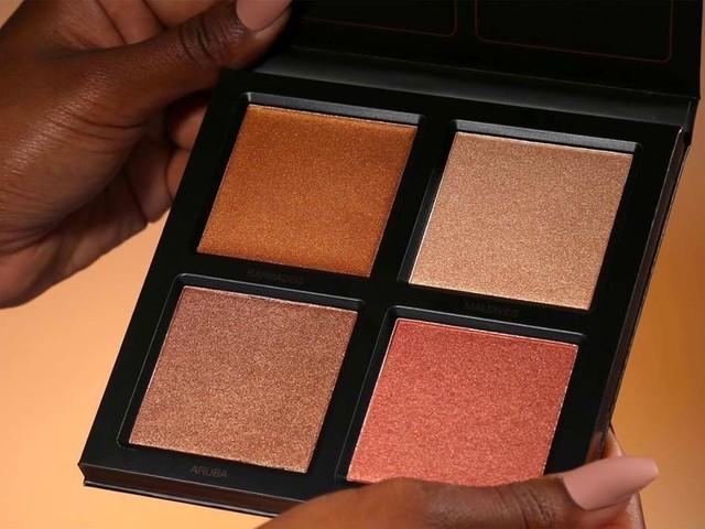 Huda Beauty lance une palette d'highlighters dédiée aux peaux foncées