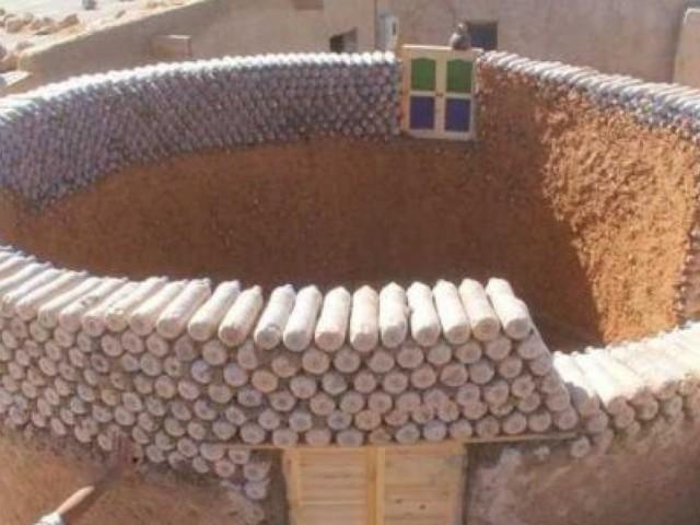 Dans le Sahara, un réfugié construit des maisons à partir de bouteilles en plastique