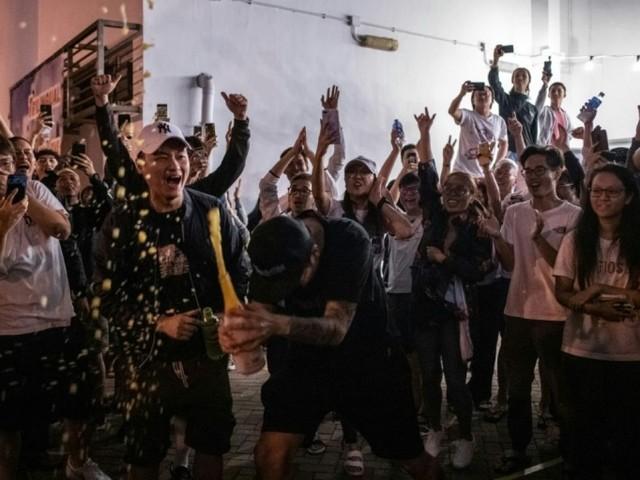 Elections à Hong Kong: victoire écrasante des pro-démocratie (médias)