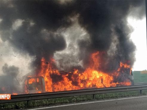 """Un camion s'embrase sur la E40 et crée de gros bouchons: """"Ambulances, pompiers, police... on est à l'arrêt total!"""""""