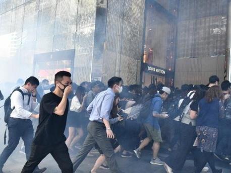 Manifestant blessé par balle, homme transformé en torche... nouvelle journée d'extrême violence à Hong Kong