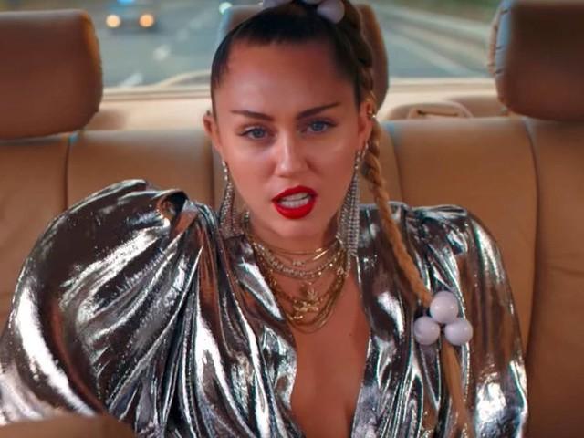 """Miley Cyrus et Mark Ronson en fugitifs dans """"Nothing Breaks Like a Heart"""""""