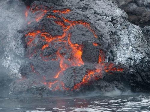 Des coulées de lave à La Palma après l'éruption d'un volcan aux Canaries - vidéos