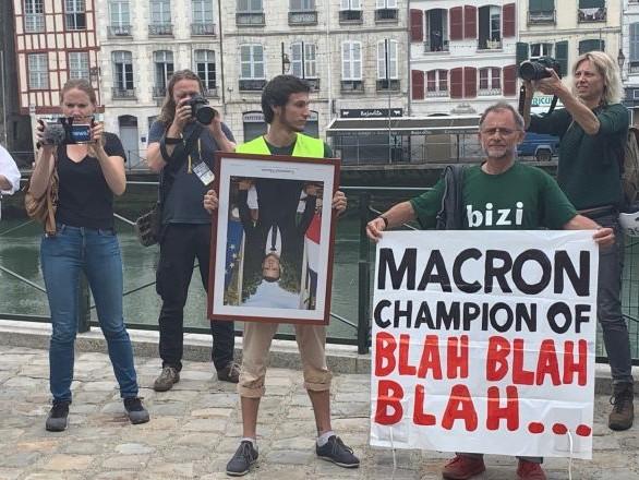 Des militants anti-G7 défilent à Bayonne avec des portraits de Macron décrochés – vidéo