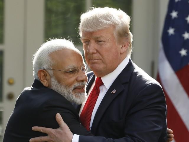 Le premier ministre indien Narendra Modi a trouvé comment échapper aux poignées de main de Donald Trump